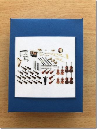 Les cartes de nomenclature Montessori sont organisées par thèmes. Une carte représente le TOUT, ici l'orchestre.
